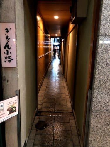 祇園四条通りの小路「ぎをん小路」