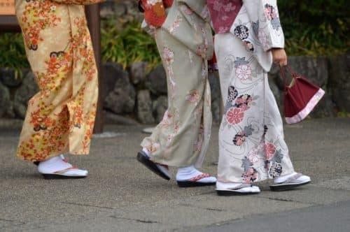 着物美人が京都祇園を歩く