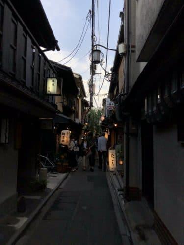 先斗町の夕方を歩く人々