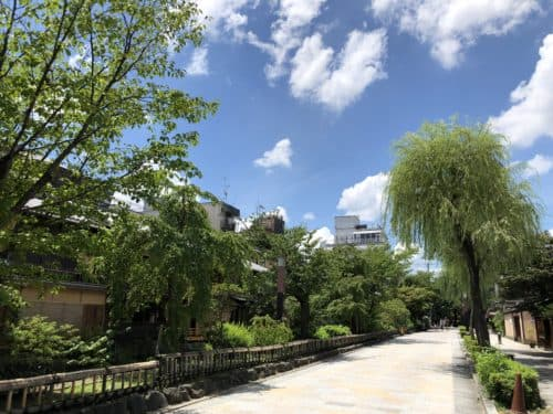 天気が最高に良い祇園白川南通り