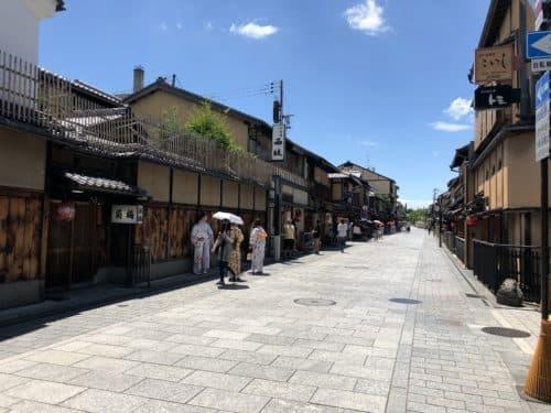 花見小路通りを着物を着た観光客が歩いている