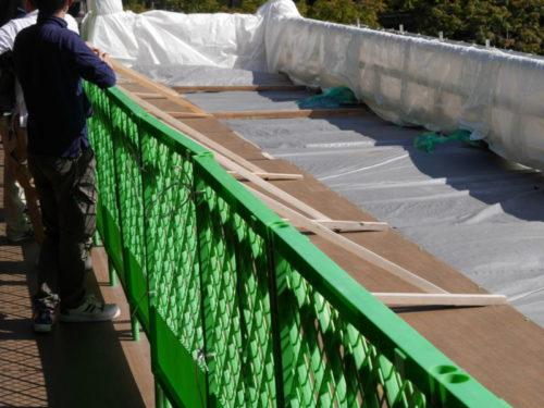 清水の舞台に設置された緑のフェンス
