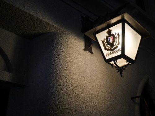 フランソワ喫茶室の街灯に電気が灯る