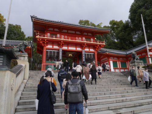 八坂神社の階段を上る人々