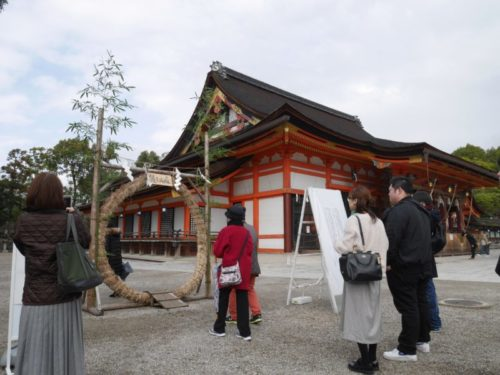 八坂神社で茅の輪くぐりをする人々