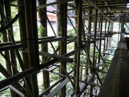 清水寺の工事中の本堂内部の様子。木の柱がたくさん設置されており日の光があまり入ってきませんでした。