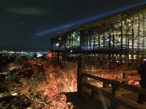 2017年秋の夜間特別拝観中のライトアップで照らされる工事中の清水寺の本堂
