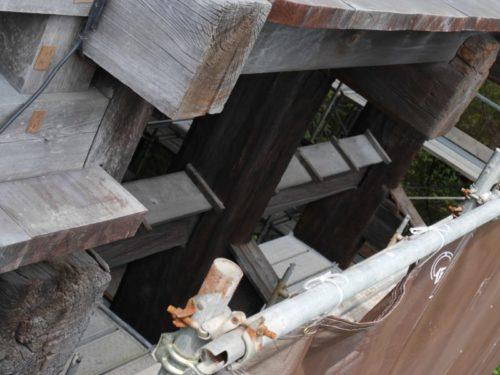 工事中の清水の舞台の隙間から舞台を支える大きな柱が見えました。