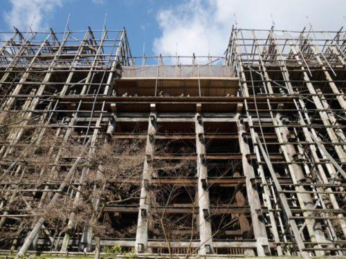 清水寺の改修工事期間の舞台をしたから見上げた様子