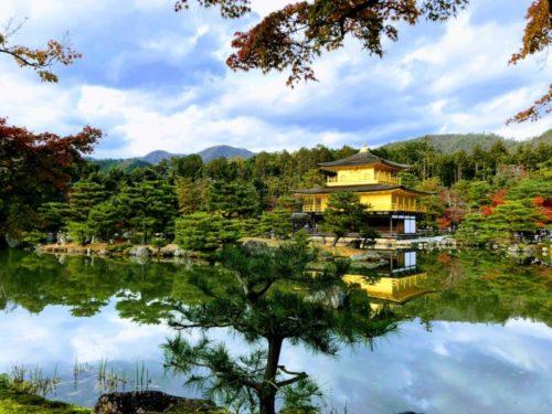清水寺の清水の舞台の高さは約13メートルで、これは金閣寺の金閣とほぼ同じ高さです。