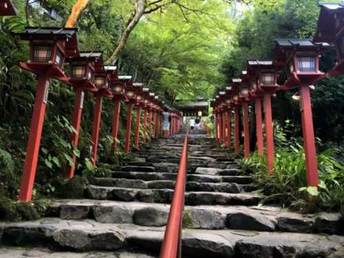 貴船神社の参道の灯籠階段